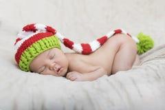 Спать newborn младенец в обруче Стоковые Фотографии RF