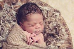 Спать Swaddled newborn Стоковая Фотография