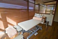 спа комнаты массажа кровати Стоковые Фото