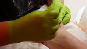 спа крупного плана 4k и концепция красоты Мастерский pedicure в зеленых перчатках прикладывая маникюр Профессиональная процедура  видеоматериал