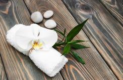 спа мыла молока самоцвета икры тела ванны вспомогательного оборудования облицовывает полотенца стоковая фотография