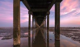 Спад под портом моста в twilight времени стоковое изображение rf