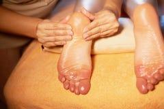 спа салона массажа ноги Закройте вверх женских ног во время традиционного тайского массажа Стоковое Изображение
