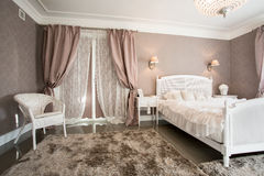 Спальня в вечере Стоковая Фотография