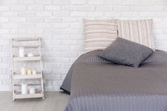 Спальня в минималистичном стиле стоковое изображение