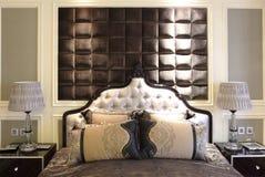Спальня в модельной комнате квартиры Стоковое Фото