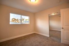 Спальня в перечислении Калифорнии которое пусто для всхода недвижимости стоковая фотография rf