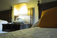 Спальня гостиницы на ноче Стоковое Изображение