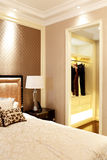 Спальня и шкаф в комнате образца квартиры Стоковое фото RF
