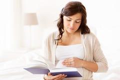 Спальня книги чтения беременной женщины дома Стоковые Фото