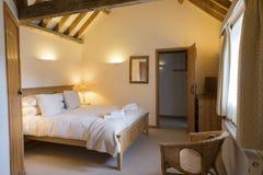 Спальня коттеджа каникул Ярк-Lit польностью обеспеченная с Bathr стоковое фото