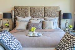 Спальня современного дизайна с роскошными мебелью и аксессуаром Стоковое Изображение RF