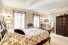 Спальня с красивой высекаенной деревянной мебелью Стоковые Изображения RF