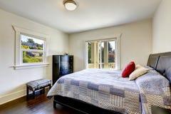 Спальня с палубой выхода Стоковые Фотографии RF
