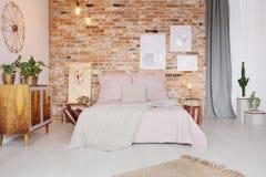 Спальня с таблицей стороны паллета стоковое изображение