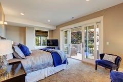 Спальня хозяев с палубой выхода Стоковое Изображение RF