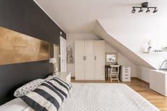 Спальня чердака в черно-белом стоковое фото