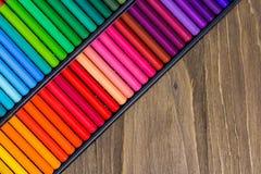 Спектр пестротканых карандашей на деревянной предпосылке, макросе Стоковые Фотографии RF