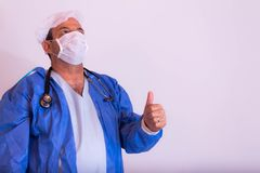 Специалист в области здравоохранения с его формой на нейтральной предпосылке стоковое фото rf