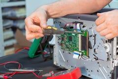 Специалист по ремонтника ремонтирует лазерный принтер в обслуживании стоковые изображения