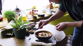 Специалист по стиля еды работая на азиатском блюде стиля сток-видео