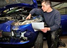 Специалист страхования работая на поврежденном автомобиле стоковое фото rf