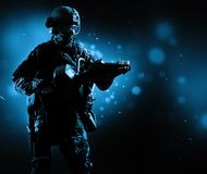Специальный солдат группы держит jack для того чтобы раскрыть двери Стоковое Изображение