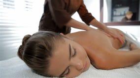 Специалист по массажа начинает массажировать женский клиента акции видеоматериалы