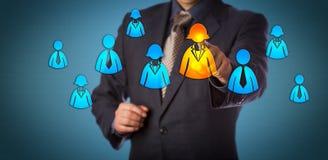 Специалист по набору персонала выбирая женский значок работника Стоковое фото RF