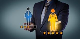 Специалист по набору персонала классифицируя женского работника с 5 звездами Стоковые Фото