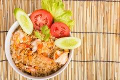 Специальные жареные рисы креветки в черной чашке Стоковые Фото