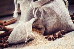 Специи для обдумыванного вина: циннамон, анисовка, коричневый тростниковый сахар в сумке стоковое изображение rf