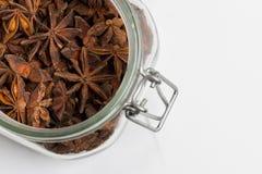 Специи и травы Анисовка в yar, белой предпосылке, пищевых ингредиентах Стоковое Изображение RF