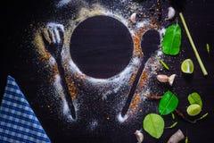 Специи и травы взгляд сверху на таблице Стоковое Фото