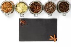 Специи и травы в опарниках Еда, ингридиенты кухни Деревянная доска Стоковые Изображения