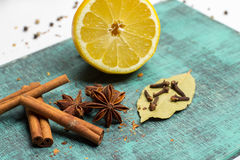 Специи и травы Еда, ингридиенты кухни, циннамон, гвоздичное дерево, анисовка, лимон Стоковое Изображение