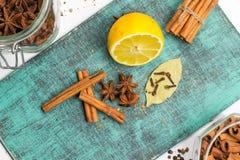 Специи и травы Еда, ингридиенты кухни, циннамон, гвоздичное дерево, анисовка, лимон Стоковая Фотография