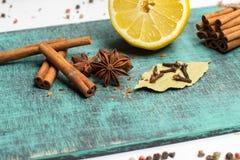 Специи и травы Еда, ингридиенты кухни, циннамон, гвоздичное дерево, анисовка, лимон Стоковые Изображения RF