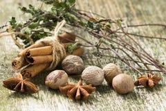 Специи и травы на старой деревянной предпосылке Стоковое фото RF