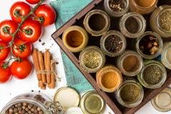 Специи крупного плана и опарникы трав Еда, ингридиенты кухни box isolated wooden Стоковое Изображение