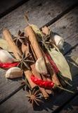 Специи на деревянном столе Стоковое Изображение