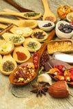 Специи на деревянных ложках Продажи экзотических специй Еда приправой ароматичные специи Стоковая Фотография