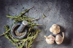 Специи розмаринового масла и чеснока пука ветви свежие Стоковое Изображение RF