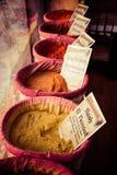 Специи, семена и чай продали в традиционном рынке в Гранаде стоковая фотография
