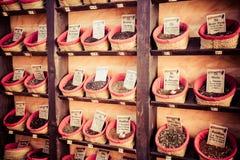 Специи, семена и чай продали в традиционном рынке в Гранаде Стоковое Изображение