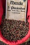 Специи, семена и чай продали в традиционном рынке в Гранаде, s стоковое фото
