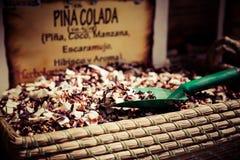 Специи, семена и чай продали в традиционном рынке в Гранаде, s Стоковое Изображение RF