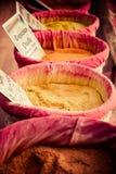 Специи, семена и чай продали в традиционном рынке Стоковое Изображение