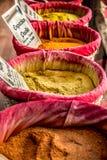 Специи, семена и чай продали в традиционном рынке стоковое изображение rf