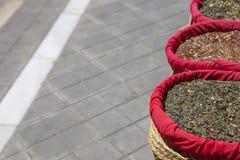 Специи, семена и чай продали в традиционном уличном рынке, Grana стоковые изображения rf